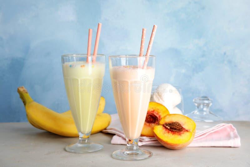 Batidos e ingredientes de leche deliciosos en la tabla imágenes de archivo libres de regalías