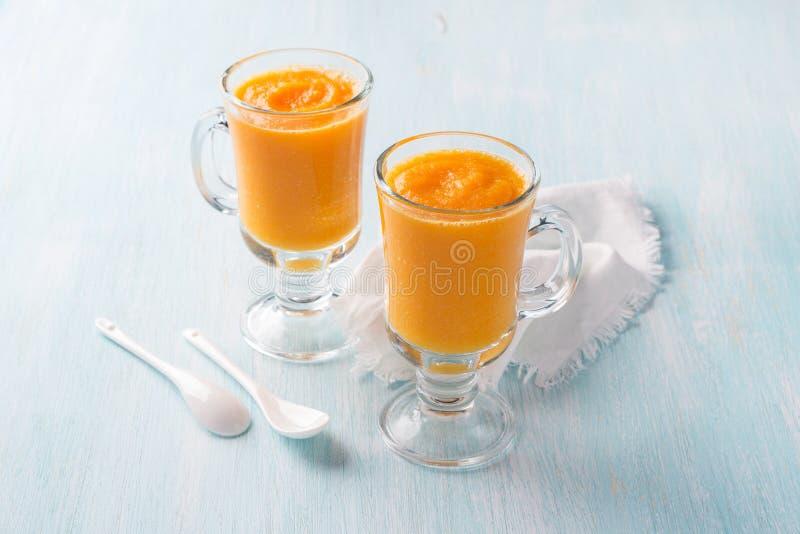 Batidos frescos da abóbora com a laranja nos vidros imagens de stock royalty free