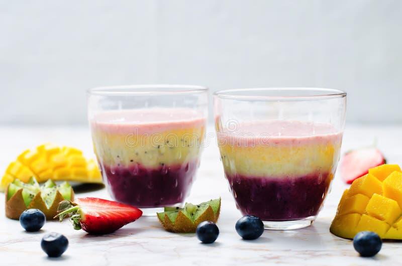 Batidos gregos do iogurte da banana do quivi da morango da manga do mirtilo imagens de stock