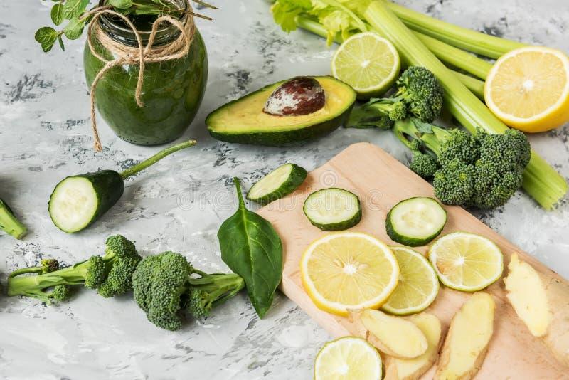 Batidos naturais da bebida dos vegetais verdes Várias vegetais e ervas verdes, gengibre e limão fotografia de stock royalty free