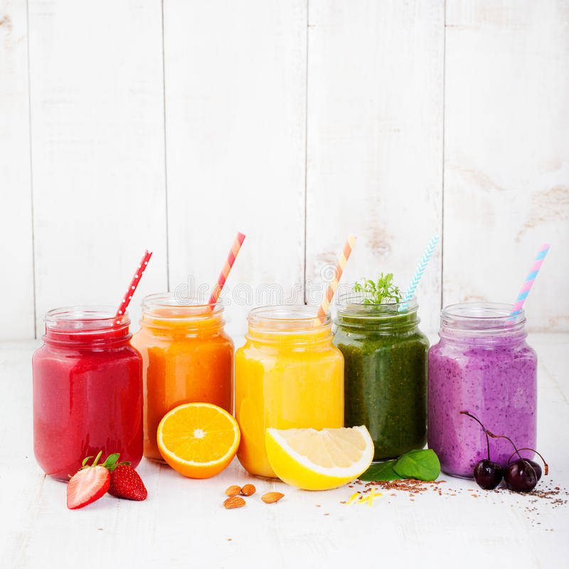 Batidos, sucos, bebidas, variedade das bebidas com frutos frescos e bagas fotos de stock
