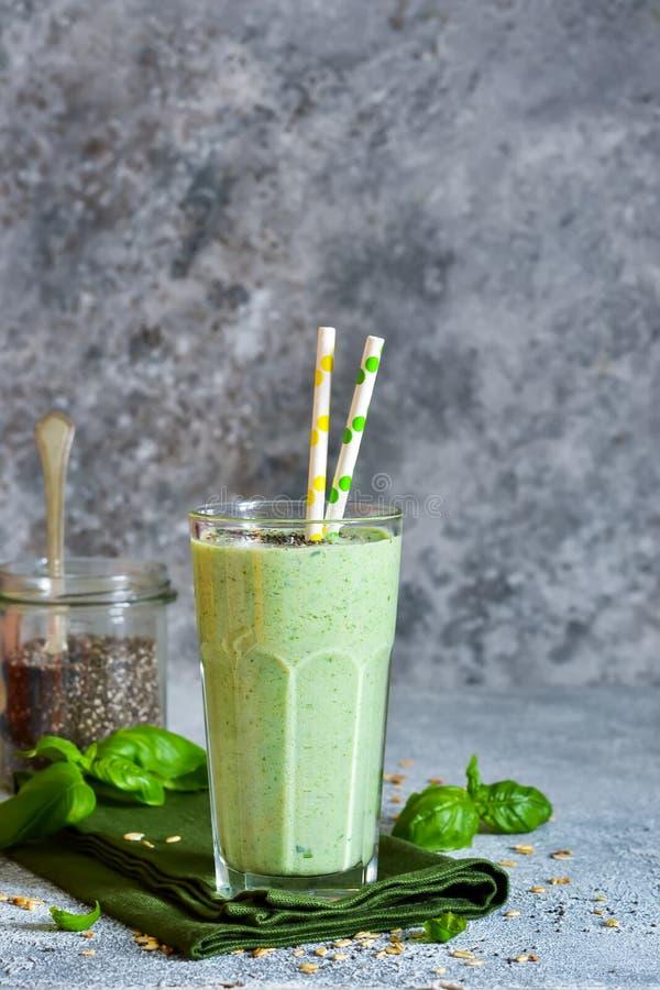 Batidos vegetais do iogurte, dos espinafres, da manjericão e do abacate imagem de stock royalty free