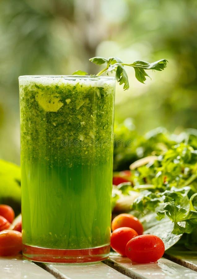 Batidos verdes com close-up dos vegetais fotos de stock royalty free