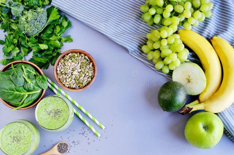 Batidos verdes dos espinafres com frutos, vegetais e sementes foto de stock royalty free