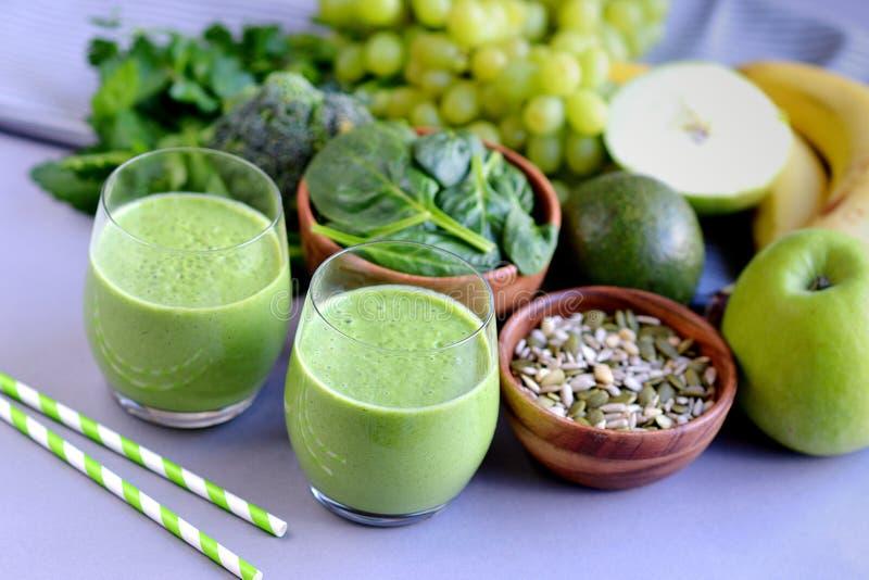 Batidos verdes dos espinafres com frutos, vegetais e sementes imagem de stock royalty free