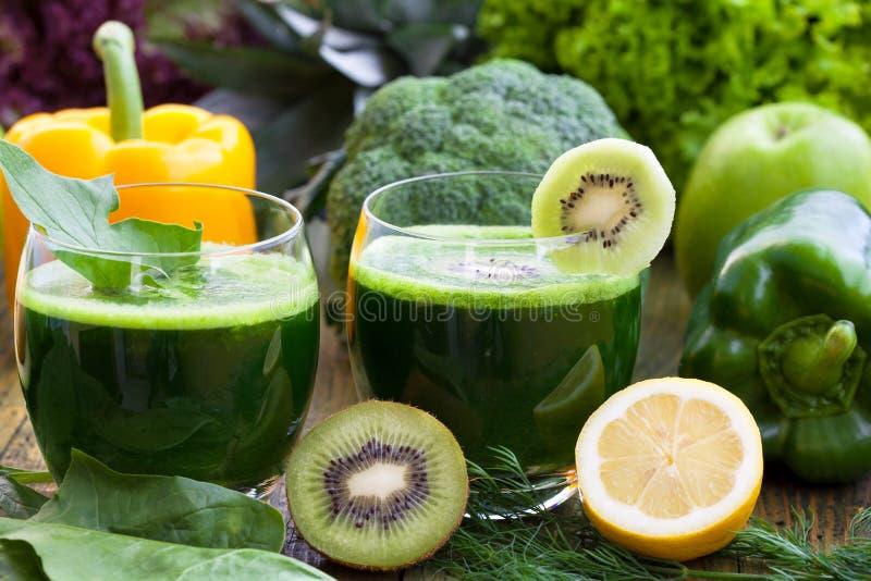 Batidos verdes saudáveis foto de stock