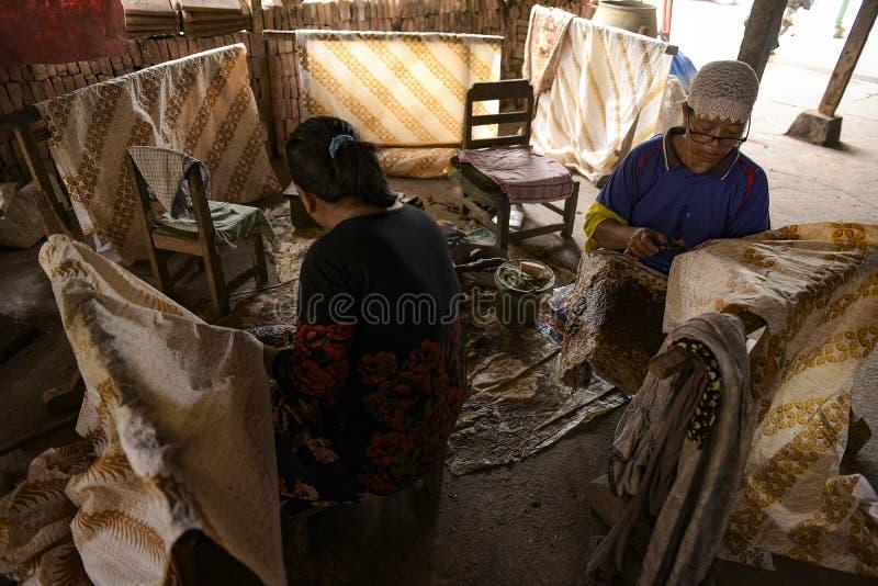 Batik-ambachtslieden in Sukoharjo, Centraal-Java, Indonesië royalty-vrije stock afbeeldingen