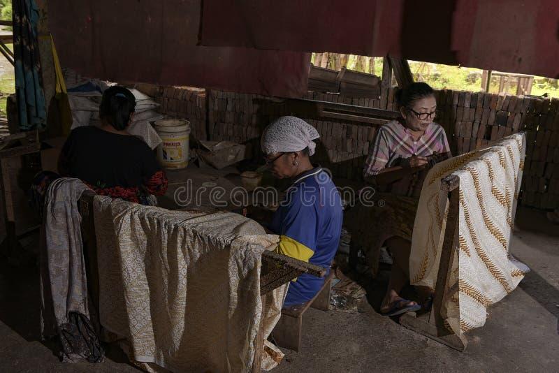 Batik-ambachtslieden in Sukoharjo, Centraal-Java, Indonesië stock afbeelding