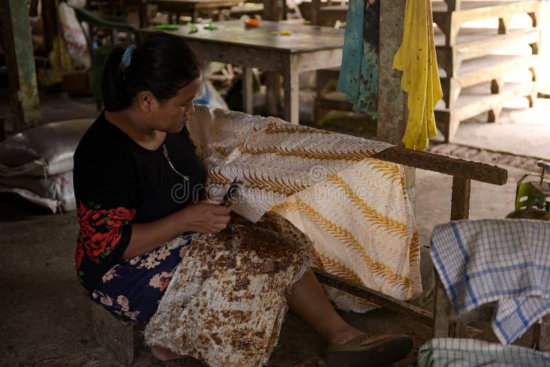 Batik-ambachtslieden in Sukoharjo, Centraal-Java, Indonesië stock afbeeldingen