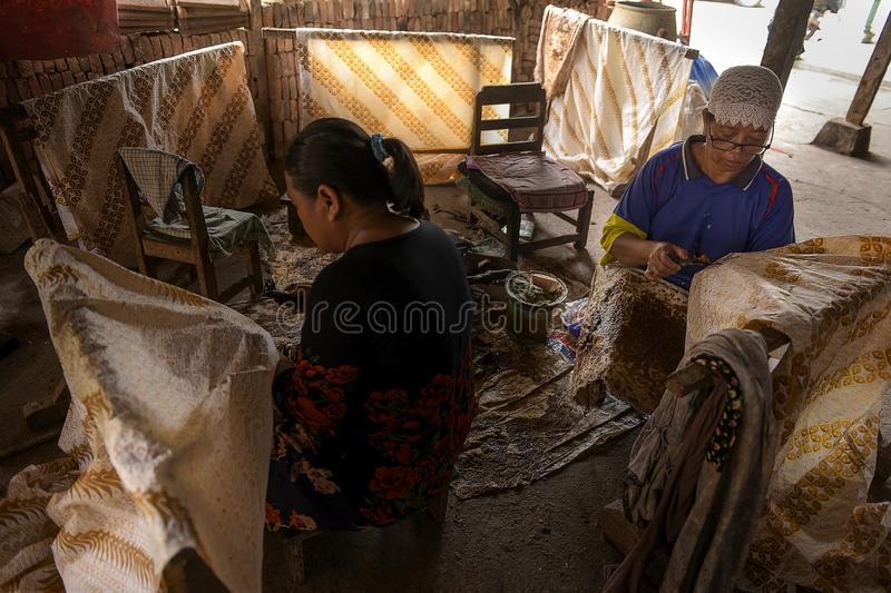 Batik artisans in Sukoharjo, Central Java, Indonesien royaltyfri fotografi