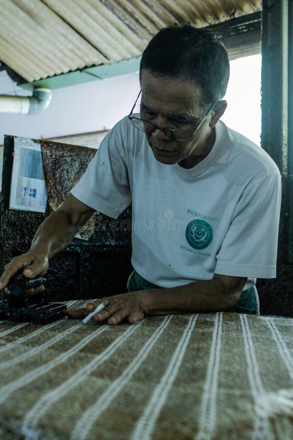 Batik-Herstellungs-Prozess lizenzfreie stockfotografie