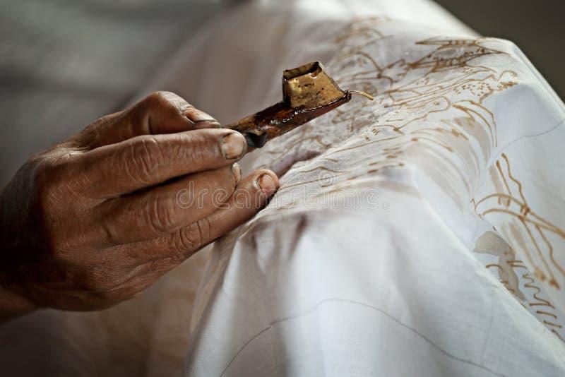 Batik het schilderen op een wit doekproces royalty-vrije stock foto's