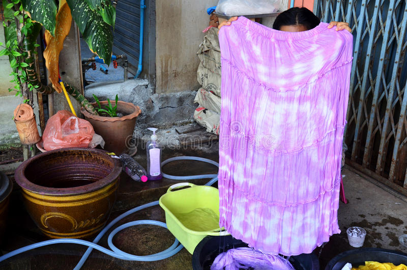 Batik tailandês do laço da tela da mostra da mulher que tinge a cor natural amarela foto de stock