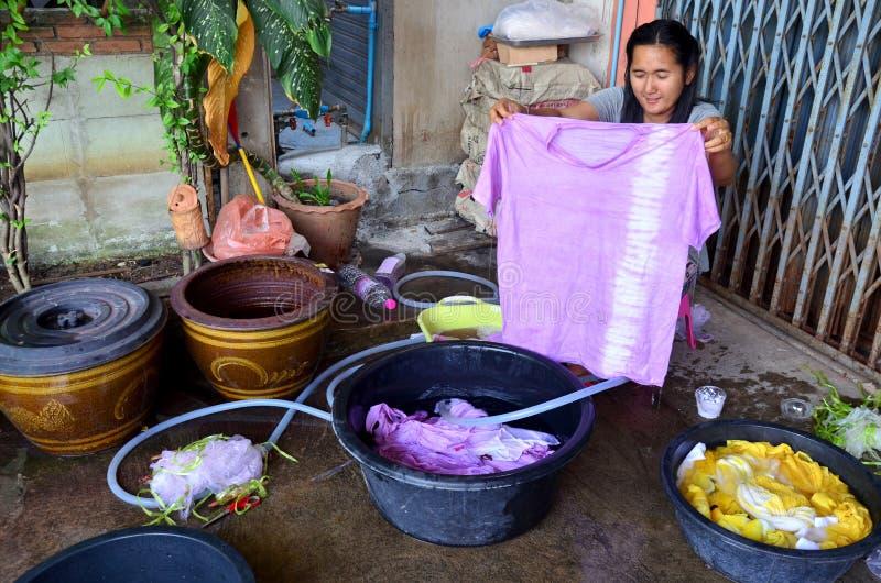 Batik tailandês do laço da tela da mostra da mulher que tinge a cor natural amarela foto de stock royalty free