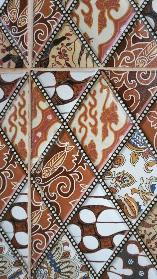 Batikmodellen på golvtegelplattan royaltyfri fotografi