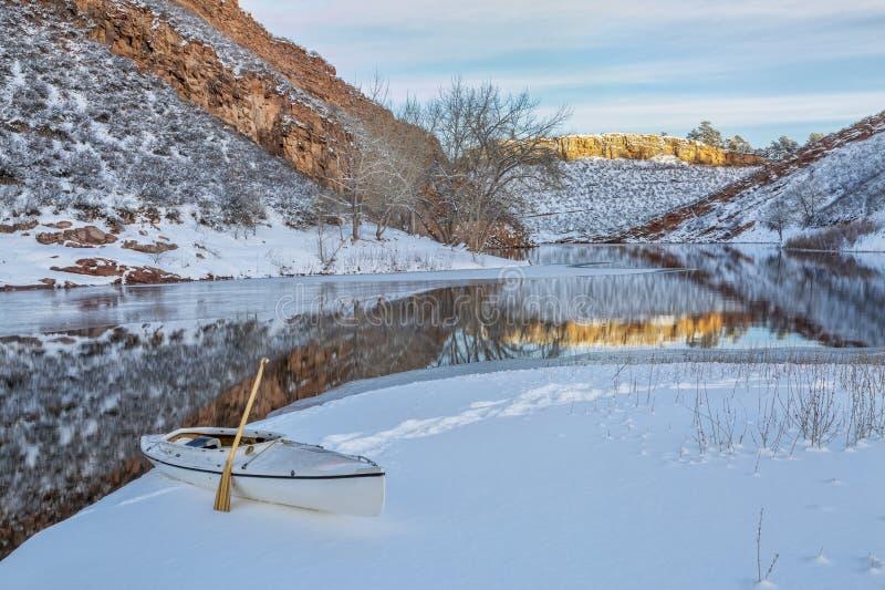 Batimiento de la canoa del invierno foto de archivo libre de regalías