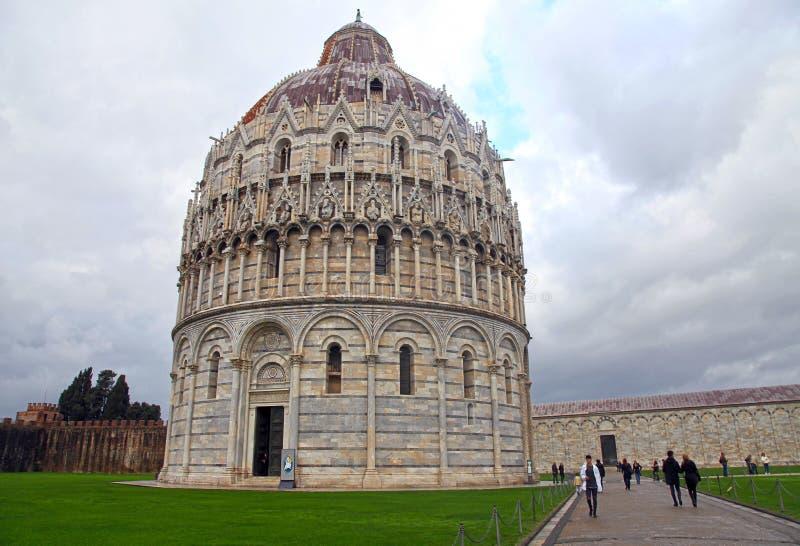 Batistério no dei famoso Miracoli da praça, Pisa, Itália imagem de stock royalty free