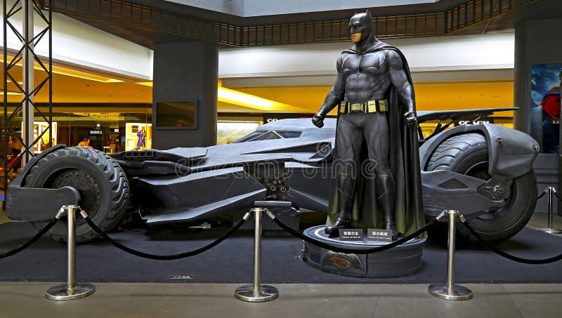 Batman mit batmobile stockfotos