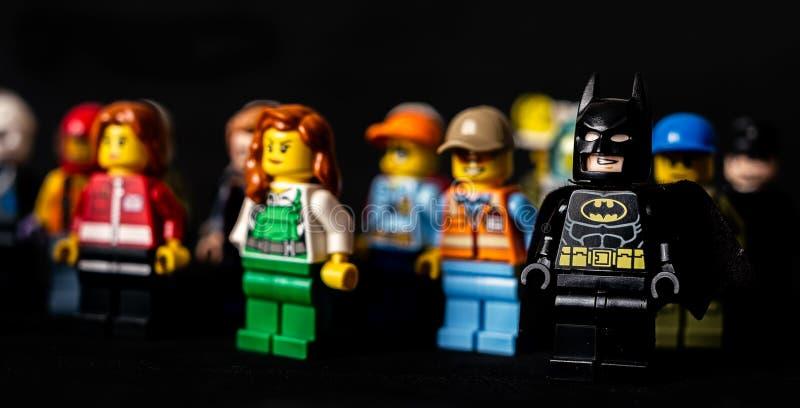 Batman och andra Lego minifigures på svart bakgrund arkivfoton