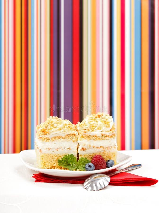 Batożący śmietanka tort garnirujący z jagodami zdjęcie stock