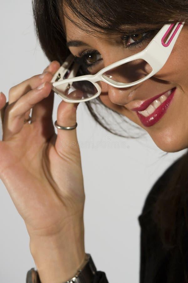 Batom bonito do vermelho dos eyeglasses do modelo da mulher fotografia de stock
