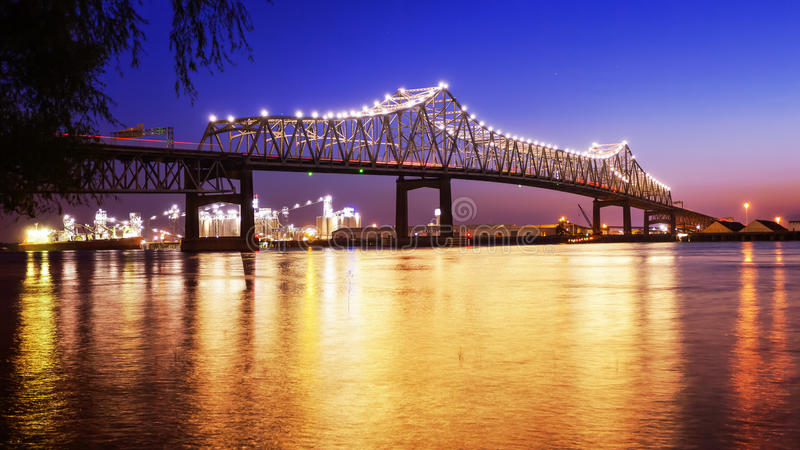 Baton Rouge bro över Mississippi River i Louisiana på natten royaltyfri bild