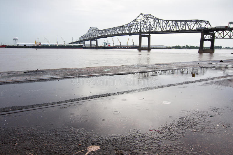 BATON ROUGE, LOS E.E.U.U. - 2015: Un puente que se une a Baton Rouge y el puerto Allen foto de archivo