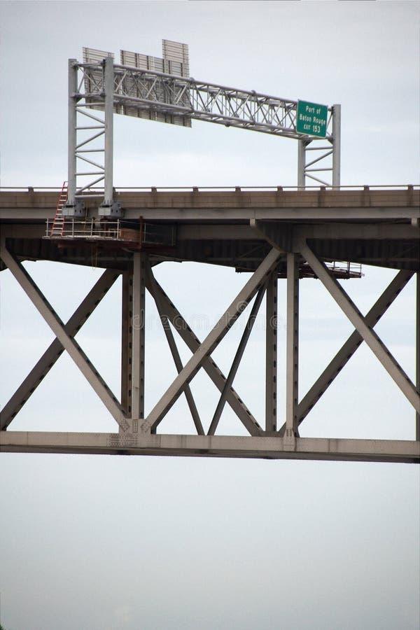 BATON ROUGE, LOS E.E.U.U. - 2015: Un puente que se une a Baton Rouge y el puerto Allen imágenes de archivo libres de regalías