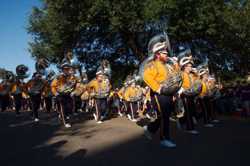 BATON ROUGE LOUISIANA - 2014: Musikband för Louisiana delstatsuniversitetstudent precis för en LSU-fotbolllek arkivbilder