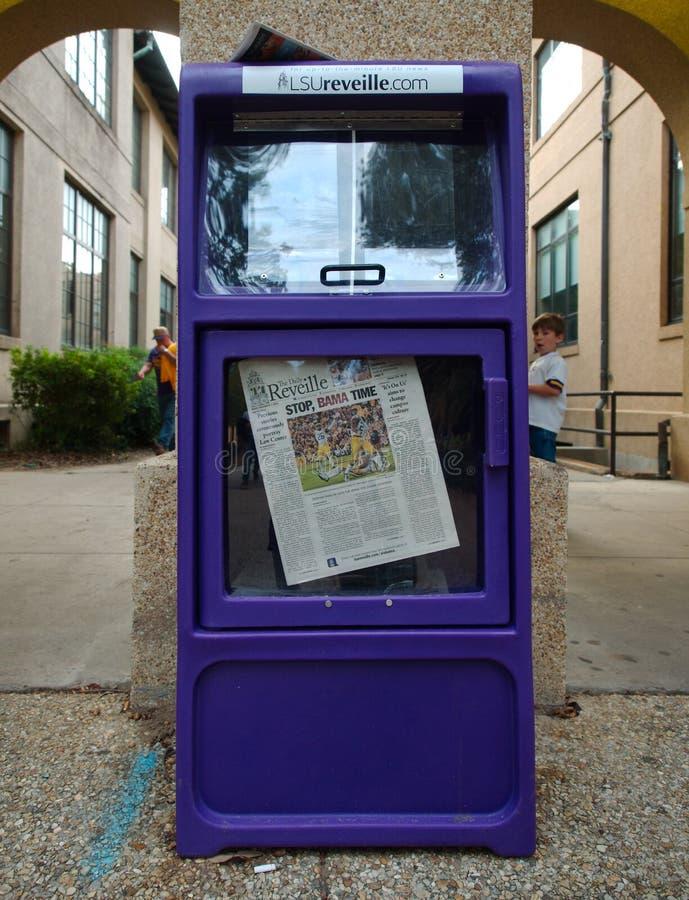BATON ROUGE, LOUISIANE - 2014 : Distributeur automatique de journal montrant la couverture d'un LSU contre le jeu de l'Alabama photographie stock