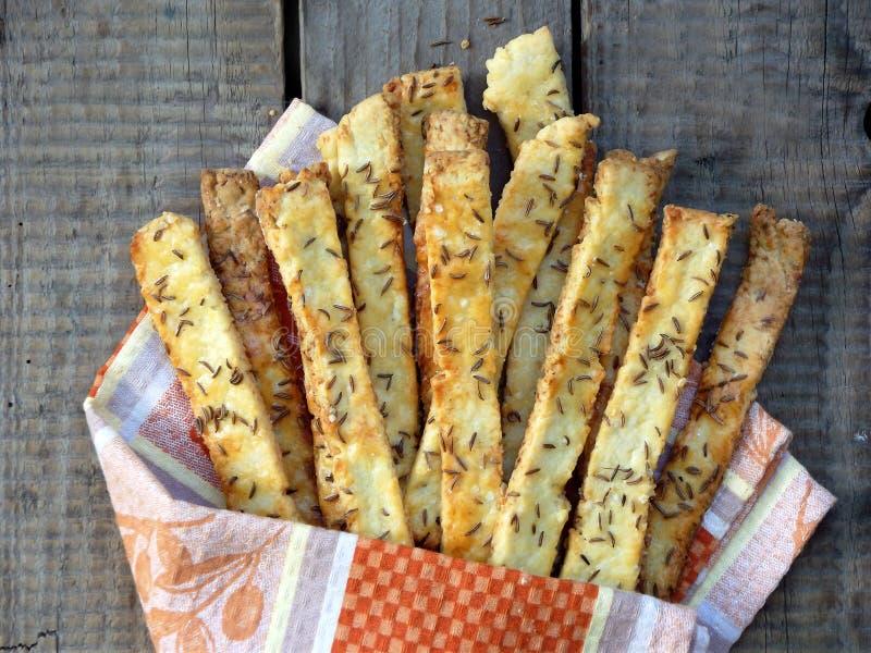 Batons de pain croustillants de la pâte feuilletée arrosés avec des graines de sel et de cumin photographie stock