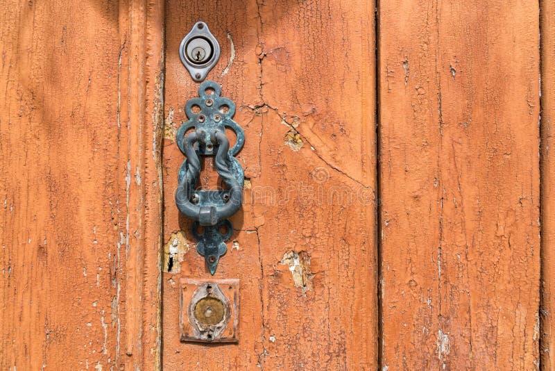 Battacchio del metallo sulla porta di legno stagionata fotografie stock