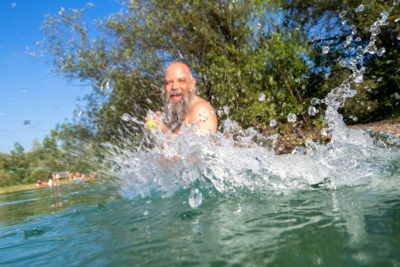 battaglia dell'acqua nel lago di estate fotografia stock