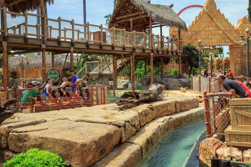 Battaglia delle pistole a acqua Attrazione Angkor nel porto Aventura, Salou, Spagna del parco immagini stock