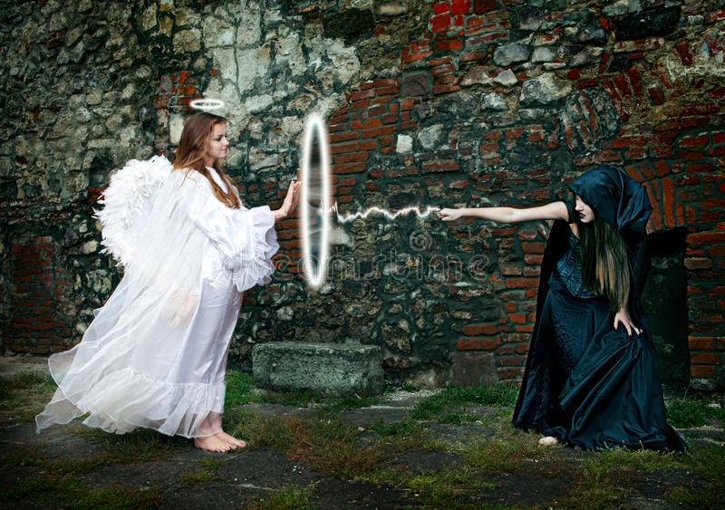 Battaglia fra la strega e un angelo immagine stock libera da diritti