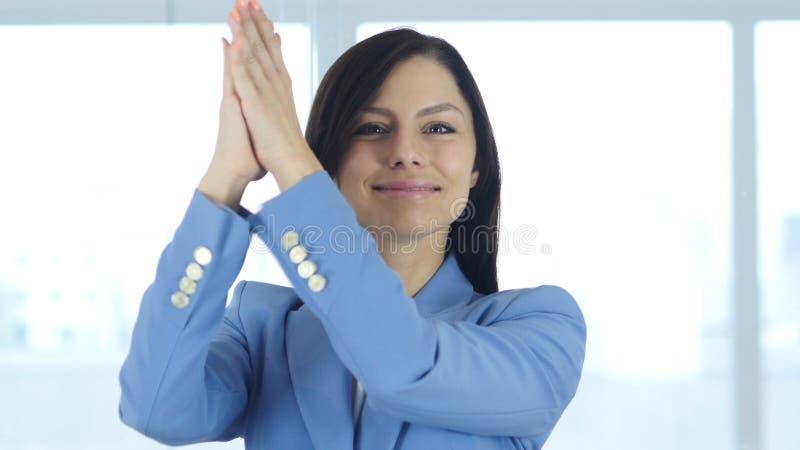 Battant, jeune femme d'affaires Applauding pour l'équipe images libres de droits