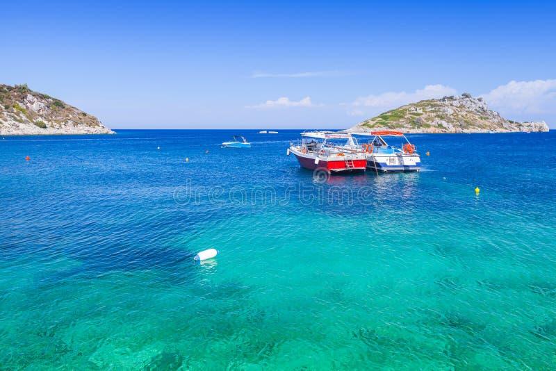 Battelli da diporto attraccati nella baia di Agios Nikolaos immagini stock libere da diritti
