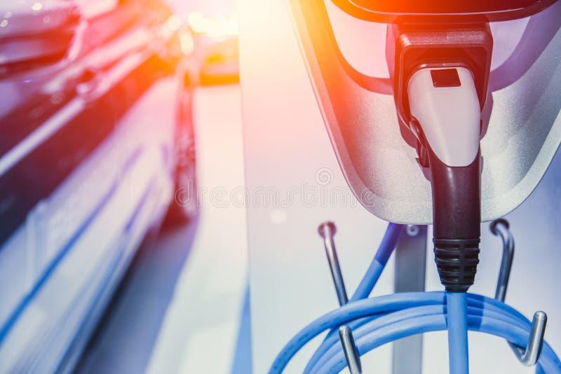 Batteri för EV-bilelbil som laddar på laddningsstationen arkivfoton