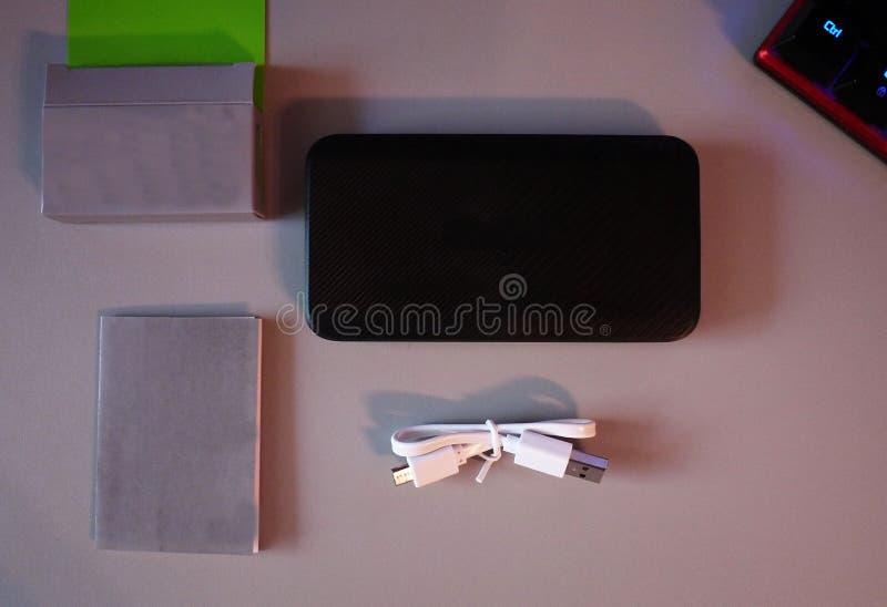 Batteri för uppladdning av dina smartphones Minnestavlor och andra apparater modern h?rlig design Detaljer och n?rbild arkivbild