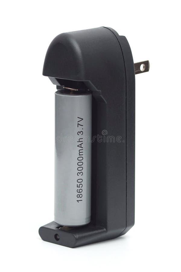 batteri 18650 med uppladdaren royaltyfri bild