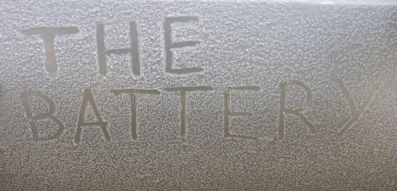 Batteria scaricata automobile della neve dell'iscrizione fotografie stock libere da diritti