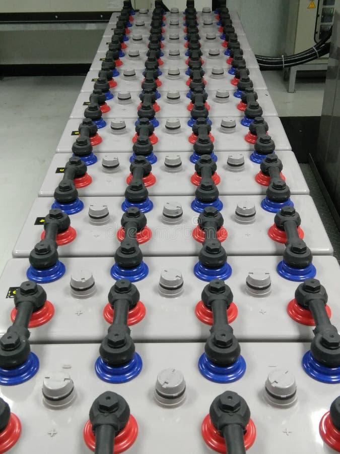 Batteribanklantgården 2000 ampere 2 volt för ups reserv- maktenergi med skydd royaltyfri bild