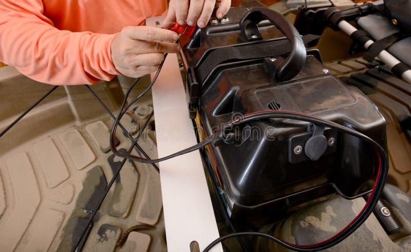 Batterie de remplissage de bateau en reliant les fils photo libre de droits