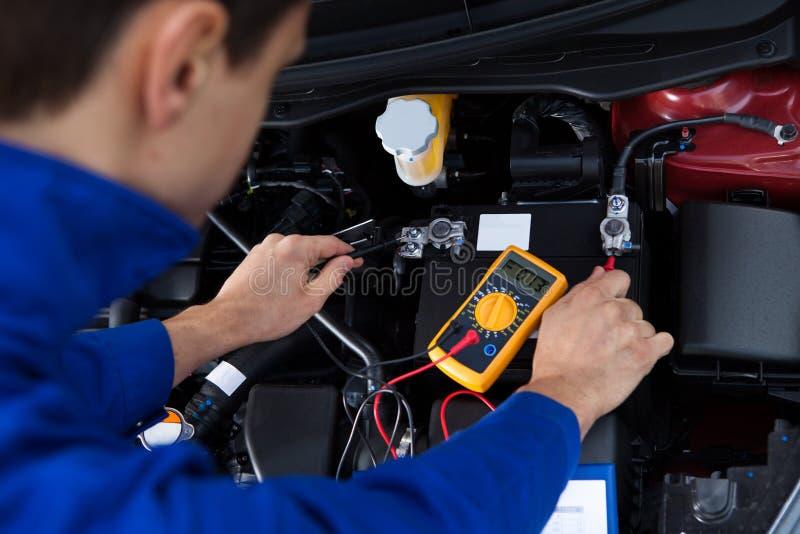 Batterie de voiture d'essai de mécanicien images stock