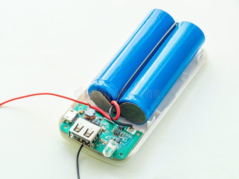Batterie entfernt von der Machtbank für Handy lizenzfreie stockbilder