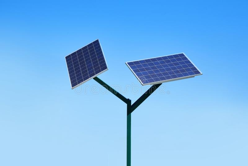 Batterie solaire sur le fond de ciel bleu images libres de droits