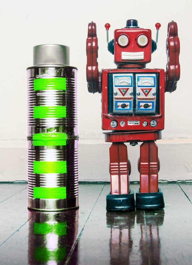 Batterie völlig aufgeladen mit glücklichem Roboter stockfotografie