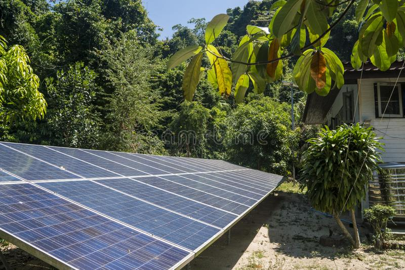 Batteries de Sun près de la hutte dans la jungle, Krabi, Thaïlande images stock