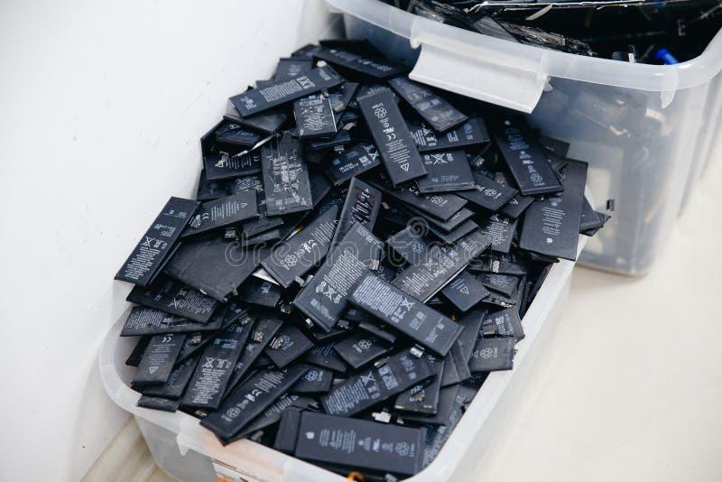Batteries de téléphone portable, comprimés, iPhone cassé d'affichage à cristaux liquides d'écrans photographie stock