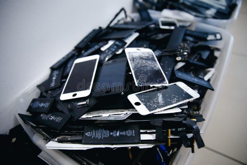 Batteries de téléphone portable, comprimés, iPhone cassé d'affichage à cristaux liquides d'écrans photographie stock libre de droits